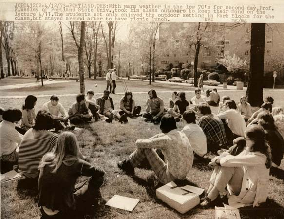 Students attend class on the PSU park blocks, 1973