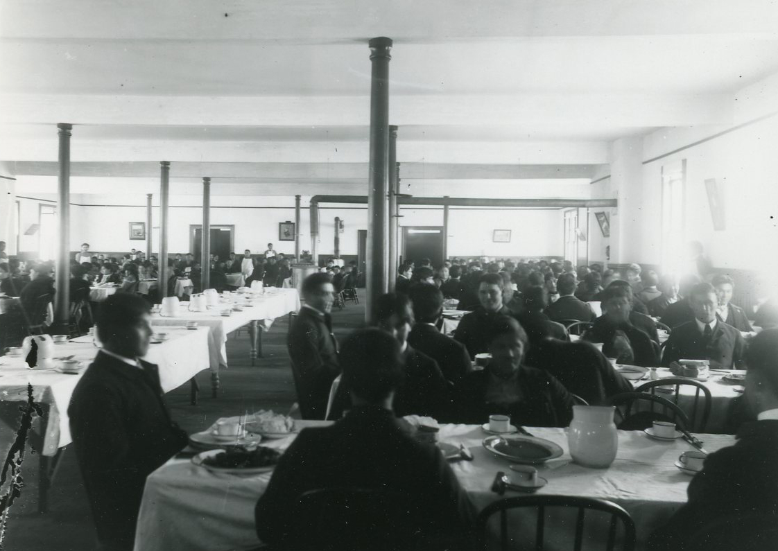 Students at Chemawa dining hall, c.1887. Courtesy Oregon Hist. Soc. Research Lib., 0173G010.